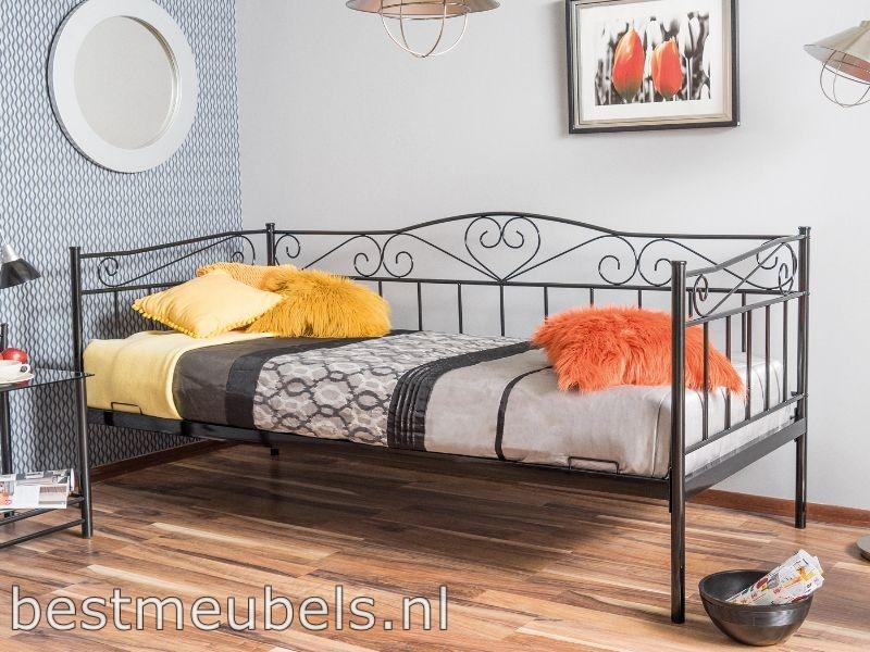 metaalen bed zwarte slaapkamer